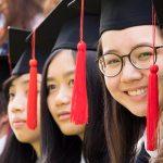 曼谷哈罗国际学校的学生戴着毕业帽