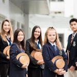 曼谷哈罗国际学校的学生穿着校服合影
