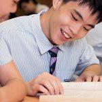 曼谷哈罗国际学校的学生认真讨论