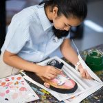 曼谷哈罗国际学校的学生进行美术创作