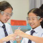 曼谷哈罗国际学校的学生做实验