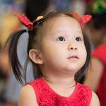 曼谷哈罗国际学校的穿红裙子、戴红色蝴蝶结的小女孩