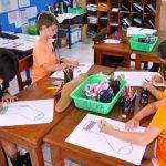 澳大利亚私立学校的学生在教室里画画