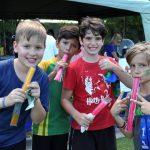 澳大利亚私立学校的学生在吃棒冰