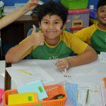 澳大利亚私立学校的男孩自信的竖起大拇指