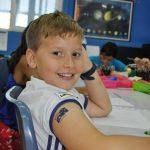 澳大利亚私立学校的男孩回头看着镜头