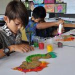 澳大利亚私立学校的学生在学生上做手工