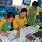 澳大利亚私立学校的学生在认真做作业