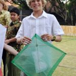 澳大利亚私立学校的学生拿着绿色的风筝