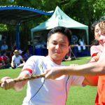澳大利亚私立学校的学生在奋力进行拔河比赛