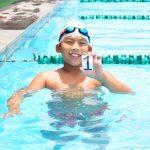 澳大利亚私立学校的学生在游泳池, 拿着数字1