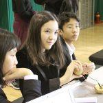亚太国际学校的学生在做电路实验