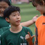 亚太国际学校的学生在运动场上