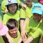 亚太国际学校的学生伸手加油