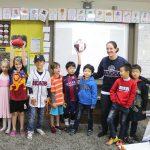 亚太国际学校的老师和学生在课堂上