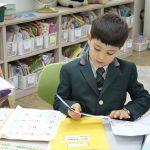 亚太国际学校的学生在图书馆学习