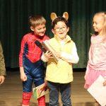 亚太国际学校的学生表演话剧