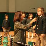 亚太国际学校的学生对着话筒讲话
