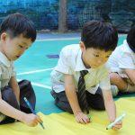 亚太国际学校的学生在彩纸上写字