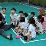 亚太国际学校的老师给学生讲故事