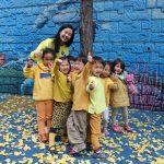 亚太国际学校的老师和学生在户外玩耍