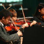 亚太国际学校的学生拉小提琴