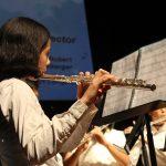 亚太国际学校的学生吹长笛