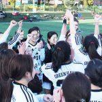 亚太国际学校的获奖学生的兴奋的举起奖杯