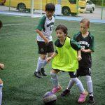 亚太国际学校的学生踢足球