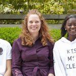 查德威克国际学校的学生坐在室外长椅上