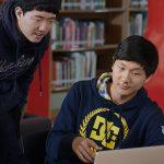 查德威克国际学校的学生一起做小组作业