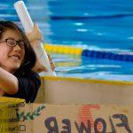 查德威克国际学校的学生用纸板做的小船