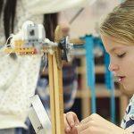 查德威克国际学校的学生在做实验搭建