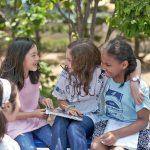查德威克国际学校的学生坐在户外聊天
