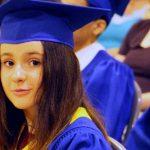 庆南国际外国学校的学生戴着毕业帽参加毕业典礼