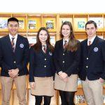 庆南国际外国学校的学生穿着校服站在荣誉墙前