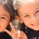 庆南国际外国学校的2个小女孩开心的合影
