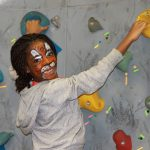 庆南国际外国学校的画着脸上彩绘的学生在攀岩