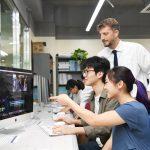 韩国国际学校板桥校区的老师指导学生学习