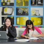 韩国国际学校板桥校区的学生在阅览室学习