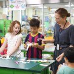 韩国国际学校板桥校区的老师教学生做剪贴