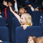 韩国国际学校板桥校区的学生举起右手