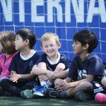 韩国国际学校板桥校区的学生们坐在足球门网前