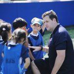 韩国国际学校板桥校区的老师给学生讲比赛要求