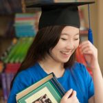 光州外国学校的女学生开心的戴着毕业帽