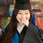 光州外国学校的女学生戴着毕业帽