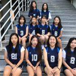光州外国学校的女子篮球队坐在楼梯上