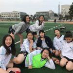 光州外国学校的学生在操场边