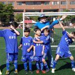光州外国学校的学生在足球门前
