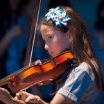 光州外国学校的女孩拉小提琴